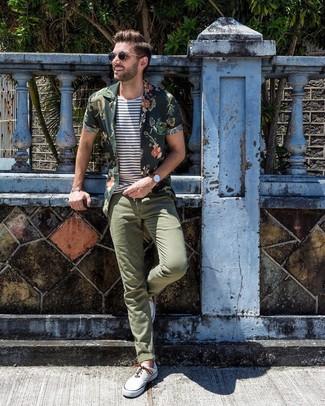 Comment porter: chemise à manches courtes à fleurs vert foncé, t-shirt à col rond à rayures horizontales blanc et bleu marine, pantalon chino olive, baskets basses en toile blanches