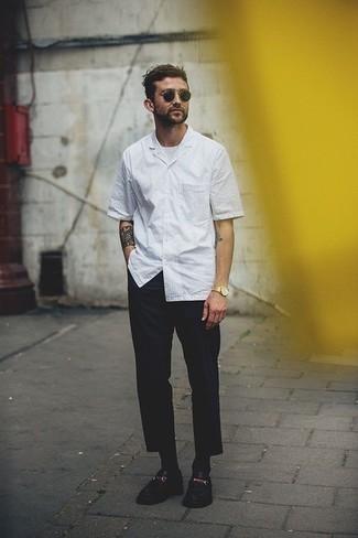 Comment porter des lunettes de soleil: Pense à associer une chemise à manches courtes à rayures verticales blanche avec des lunettes de soleil pour un look confortable et décontracté. Opte pour une paire de des slippers en cuir noirs pour afficher ton expertise vestimentaire.