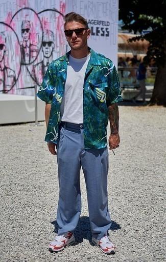 Comment porter un pantalon chino bleu clair: Porte une chemise à manches courtes imprimée vert foncé et un pantalon chino bleu clair pour obtenir un look relax mais stylé. Tu veux y aller doucement avec les chaussures? Termine ce look avec une paire de des chaussures de sport blanc et rouge pour la journée.