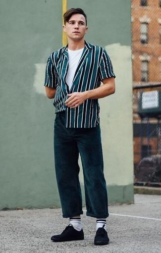 Comment porter un pantalon chino en velours côtelé olive pour un style decontractés: Pour créer une tenue idéale pour un déjeuner entre amis le week-end, essaie d'harmoniser une chemise à manches courtes à rayures verticales bleu canard avec un pantalon chino en velours côtelé olive. Assortis ce look avec une paire de des baskets basses en toile noires.