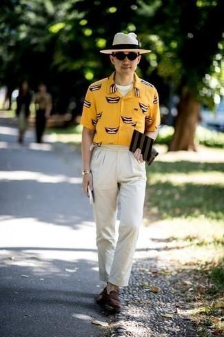 Comment porter des lunettes de soleil noires pour un style chic decontractés: Marie une chemise à manches courtes imprimée jaune avec des lunettes de soleil noires pour un look confortable et décontracté. Jouez la carte classique pour les chaussures et opte pour une paire de des slippers en daim marron foncé.