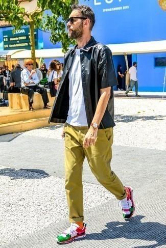 Comment porter des chaussures de sport multicolores: Opte pour une chemise à manches courtes noire avec un pantalon chino olive pour une tenue confortable aussi composée avec goût. Si tu veux éviter un look trop formel, complète cet ensemble avec une paire de des chaussures de sport multicolores.