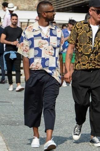 Comment porter une chemise à manches courtes avec des baskets basses: Choisis une chemise à manches courtes et un pantalon chino bleu marine pour une tenue idéale le week-end. Complète ce look avec une paire de des baskets basses.