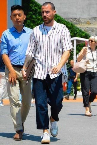 Comment porter une chemise à manches courtes avec des baskets basses: Pense à opter pour une chemise à manches courtes et un pantalon chino bleu marine pour obtenir un look relax mais stylé. Une paire de des baskets basses est une option parfait pour complèter cette tenue.