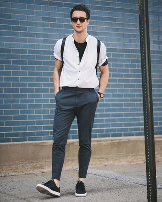 Comment porter un sac: Pense à opter pour une chemise à manches courtes à rayures verticales blanche et un sac pour un look confortable et décontracté. Habille ta tenue avec une paire de des baskets basses en toile noires.