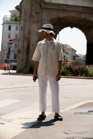 Tendances mode hommes: Pour une tenue de tous les jours pleine de caractère et de personnalité pense à marier une chemise à manches courtes brodée beige avec un pantalon chino blanc. Une paire de chaussures bateau en cuir marron foncé est une option avisé pour complèter cette tenue.