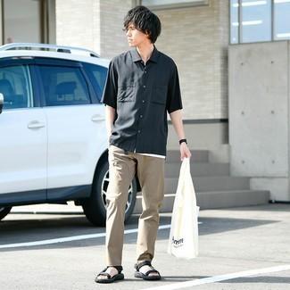 Comment s'habiller pour un style relax: Choisis une chemise à manches courtes noire et un pantalon chino marron clair pour obtenir un look relax mais stylé. Jouez la carte décontractée pour les chaussures et complète cet ensemble avec une paire de sandales en toile noires.