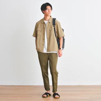 Comment porter un pantalon chino olive: Choisis une chemise à manches courtes marron clair et un pantalon chino olive pour un look de tous les jours facile à porter. Si tu veux éviter un look trop formel, choisis une paire de sandales en daim noires.