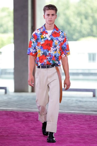 Comment porter: chemise à manches courtes à fleurs bleue, t-shirt à col rond blanc, pantalon de costume beige, chaussures derby en cuir noires