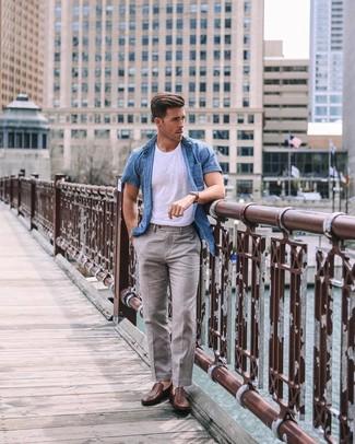 Comment porter: chemise à manches courtes en chambray bleue, t-shirt à col rond blanc, pantalon de costume en lin gris, slippers en cuir marron