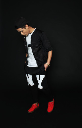 Comment porter: chemise à manches courtes noire, t-shirt à col rond blanc et noir, pantalon de jogging imprimé noir et blanc, baskets basses rouges