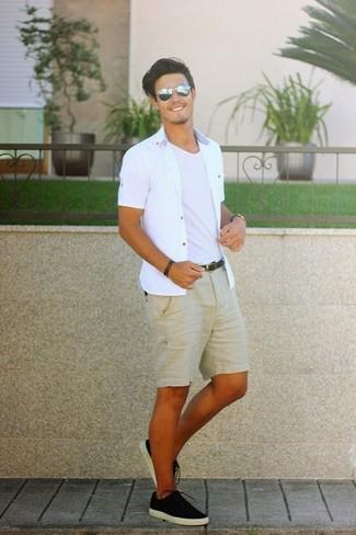 Comment porter: chemise à manches courtes blanche, t-shirt à col rond blanc, short marron clair, baskets basses en toile noires