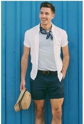 Comment porter: chemise à manches courtes blanche, t-shirt à col rond à rayures horizontales blanc et bleu marine, short noir, chapeau de paille beige
