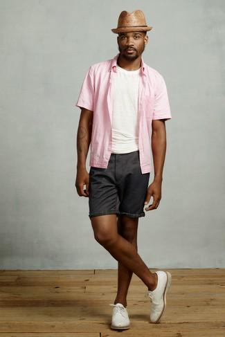 Comment porter: chemise à manches courtes rose, t-shirt à col rond blanc, short noir, chaussures derby en cuir blanches