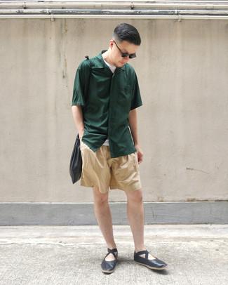 Comment porter: chemise à manches courtes vert foncé, t-shirt à col rond blanc, short marron clair, slippers en cuir noirs