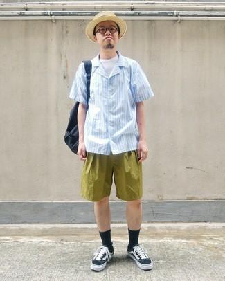 Comment porter: chemise à manches courtes à rayures verticales bleu clair, t-shirt à col rond blanc, short olive, baskets basses en toile noires et blanches