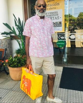 Comment porter: chemise à manches courtes à fleurs rose, t-shirt à col rond blanc, short en denim beige, chaussures bateau en cuir blanches
