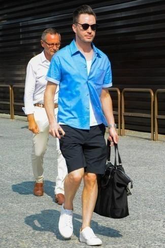 Comment porter une chemise à manches courtes avec des baskets basses: Pour créer une tenue idéale pour un déjeuner entre amis le week-end, pense à associer une chemise à manches courtes avec un short noir. Assortis ce look avec une paire de des baskets basses.