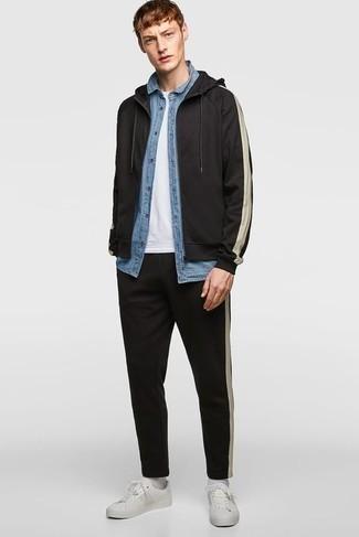 Comment porter un survêtement noir: Porte un survêtement noir et une chemise à manches courtes en chambray bleu clair pour un look idéal le week-end. Jouez la carte classique pour les chaussures et termine ce look avec une paire de baskets basses en cuir blanches.
