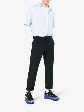 Comment porter: chemise à manches courtes bleu clair, t-shirt à manche longue blanc, pantalon chino noir, chaussures de sport violettes