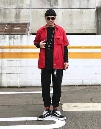Comment porter des baskets basses en toile noires et blanches: Porte une chemise à manches courtes rouge et un pantalon chino noir pour un déjeuner le dimanche entre amis. Une paire de baskets basses en toile noires et blanches s'intégrera de manière fluide à une grande variété de tenues.
