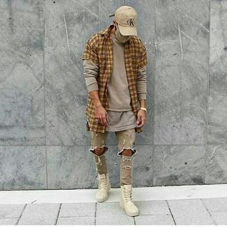 Comment porter: chemise à manches courtes écossaise marron clair, t-shirt à manche longue beige, t-shirt à col rond gris, jean skinny déchiré beige