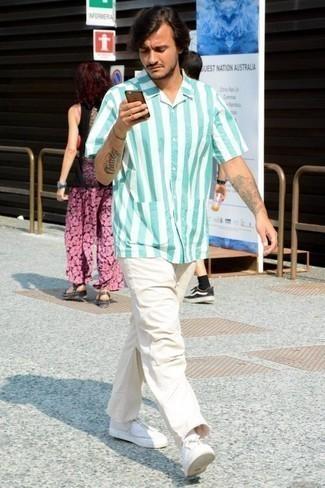 Comment porter une chemise à manches courtes avec des baskets basses: Pour créer une tenue idéale pour un déjeuner entre amis le week-end, pense à associer une chemise à manches courtes avec un jean blanc. Cet ensemble est parfait avec une paire de des baskets basses.