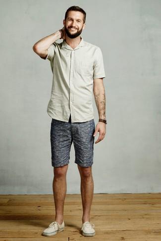 Comment porter: chemise à manches courtes vert menthe, short imprimé bleu, baskets basses en toile beiges, bracelet en cuir marron foncé