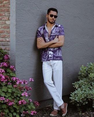 Tendances mode hommes: Pour une tenue de tous les jours pleine de caractère et de personnalité associe une chemise à manches courtes imprimée violette avec un pantalon chino blanc. Une paire de espadrilles en toile marron est une option avisé pour complèter cette tenue.