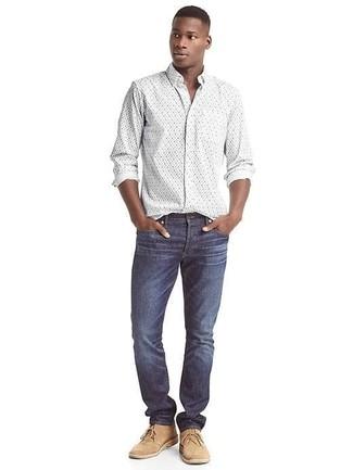 Comment porter: chemise à manches longues à fleurs blanche, jean bleu marine, bottines chukka en daim marron clair