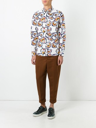 Comment porter: chemise à manches longues à fleurs blanche, pantalon chino tabac, baskets basses en cuir à fleurs noires