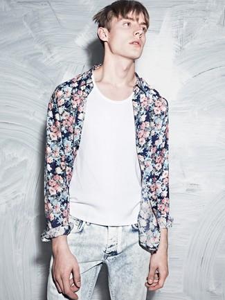 Comment porter: chemise à manches longues à fleurs bleu marine, débardeur blanc, jean bleu clair