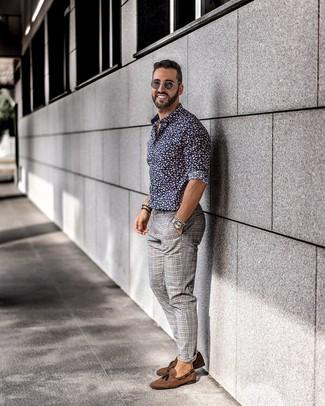 Comment porter: chemise à manches longues à fleurs bleu marine, pantalon chino écossais gris, mocassins à pampilles en daim marron