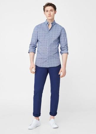 Comment porter: chemise à manches longues à fleurs bleue, pantalon chino bleu marine, baskets basses en cuir blanches