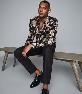 Comment porter: chemise à manches longues à fleurs noire, pantalon de costume noir, chaussures derby en cuir noires
