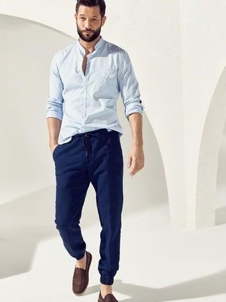 Comment porter des espadrilles: Associe une chemise à manches longues á pois bleu clair avec un pantalon chino bleu marine pour une tenue idéale le week-end. Assortis ce look avec une paire de espadrilles.