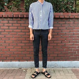 Comment porter: chemise à manches longues à rayures verticales blanc et bleu marine, jean skinny noir, sandales en cuir noires