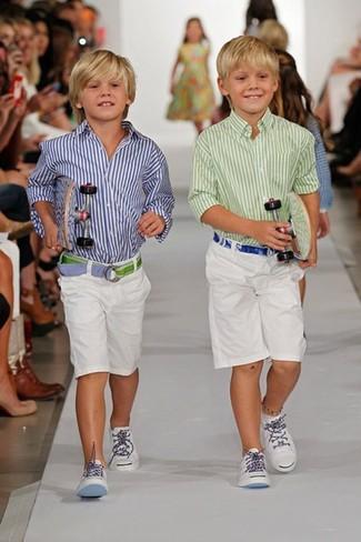 Comment porter: chemise à manches longues à rayures verticales blanc et bleu marine, short blanc, baskets blanches