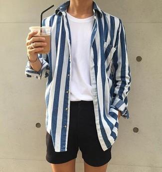 Comment porter: chemise à manches longues à rayures verticales blanc et bleu marine, t-shirt à col rond blanc, short noir