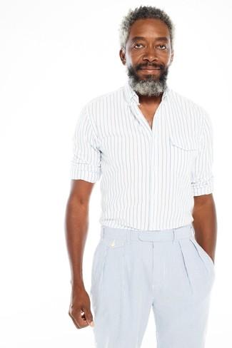 Comment porter: chemise à manches longues à rayures verticales blanc et bleu, pantalon de costume en seersucker à rayures verticales bleu clair