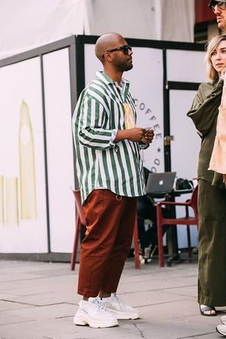 Comment porter: chemise à manches longues à rayures verticales blanc et vert, pantalon chino tabac, chaussures de sport blanches