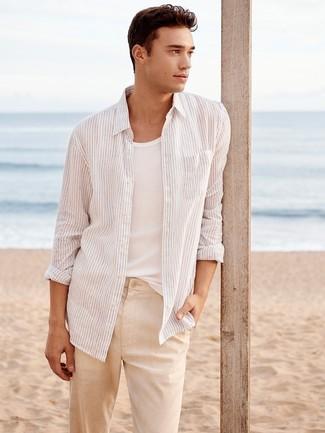 Comment porter: chemise à manches longues à rayures verticales blanche, débardeur blanc, pantalon chino en lin beige