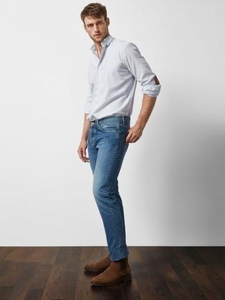 Tendances mode hommes: Opte pour une chemise à manches longues à rayures verticales bleu clair avec un jean bleu pour une tenue idéale le week-end. Jouez la carte classique pour les chaussures et termine ce look avec une paire de des bottines chelsea en daim marron.