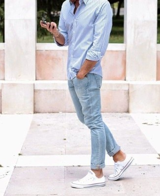 Comment porter: chemise à manches longues à rayures verticales bleu clair, jean bleu clair, baskets basses en toile blanches