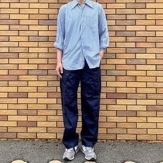Comment porter des chaussures de sport grises: Essaie d'harmoniser une chemise à manches longues à rayures verticales bleu clair avec un pantalon cargo bleu marine pour une tenue confortable aussi composée avec goût. Une paire de des chaussures de sport grises apporte une touche de décontraction à l'ensemble.