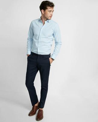 Comment porter: chemise à manches longues à rayures verticales bleu clair, pantalon chino bleu marine, chaussures derby en cuir marron