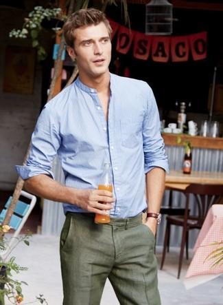 Comment porter: chemise à manches longues à rayures verticales bleu clair, pantalon de costume olive, montre en cuir bordeaux