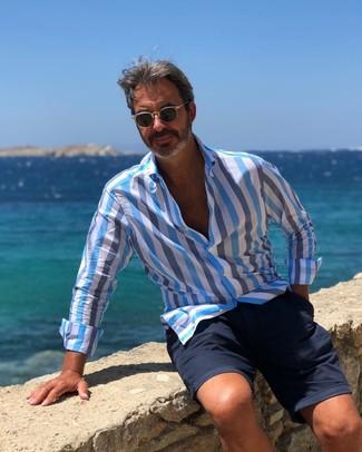 Comment porter: chemise à manches longues à rayures verticales bleu clair, short bleu marine, lunettes de soleil noires