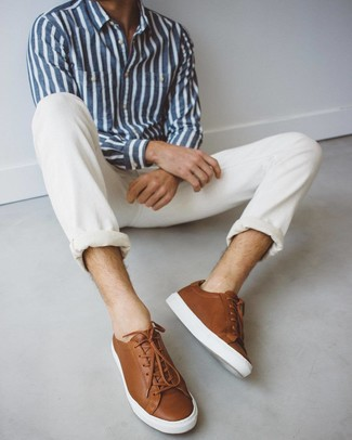 Comment porter: chemise à manches longues à rayures verticales bleu marine et blanc, jean blanc, baskets basses en cuir marron