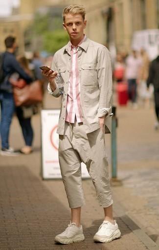 Comment porter des chaussures de sport beiges: Associe une chemise à manches courtes à rayures verticales rose avec un pantalon chino beige pour affronter sans effort les défis que la journée te réserve. Décoince cette tenue avec une paire de des chaussures de sport beiges.